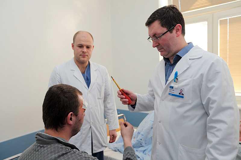 Läkarna opererade mannen i tre timmar innan de fick ut verktyget.
