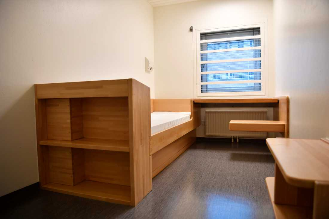 All inmates at the Kronoberg jail have single cells, with a bed, a desk and storage spaces.