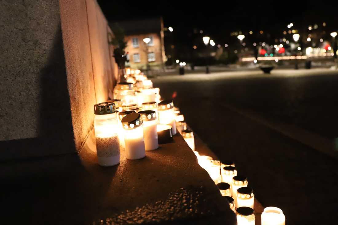 Tända ljus på Kungstorget i Uddevalla efter beskedet om att Wilma är död.