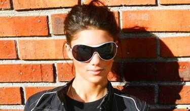 """Louise Zetterström, 15, har vårfyndat ett par solglasögon med vita bågar. """"Jag hade sådan tur, jag ville ha ett par liknande från Armani, och hittade dessa på Indiska för en hundralapp"""", säger hon."""