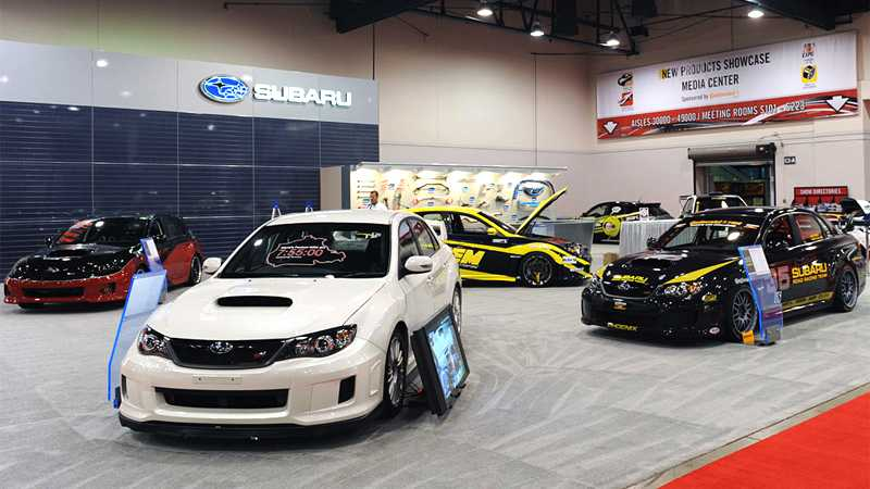 Subaru passar på att visa upp i flera varianter. Längst fram den WRX STI som Tommi Mäkinens körde när han i år satte nytt banrekord för Subaru-bilar på Nürburgrings nordslinga – 7:55:00.
