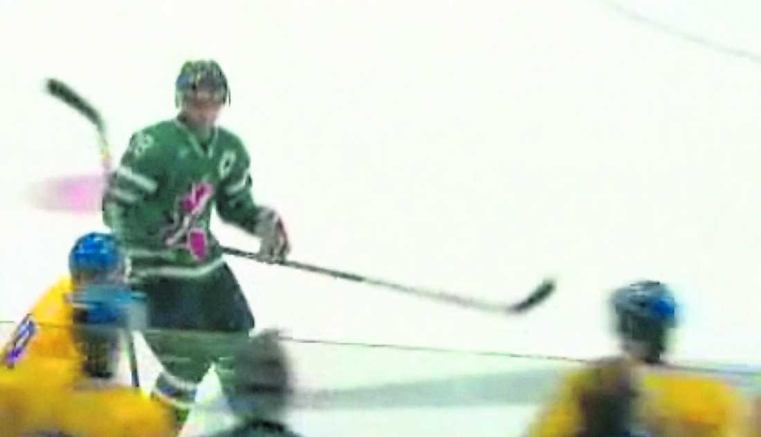 Kanadas kapten Patrice Cormier glider mot lagets bås för att byta. Samtidigt tar Småkronornas Anton Rödin fart för att deltaga i spelet. Cormier slår upp blicken och ser Rödin ta fart. Plöstligt ...