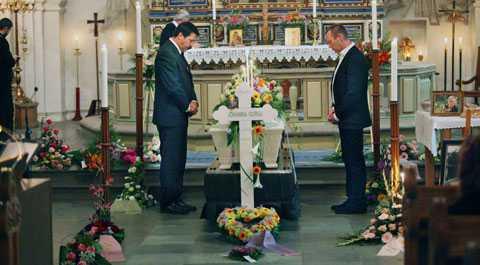 Rektor Rolf Nilsson och en lärare tar ett sista farväl av Johanna i S:t Nicolaikyrkan i Sölvesborg.