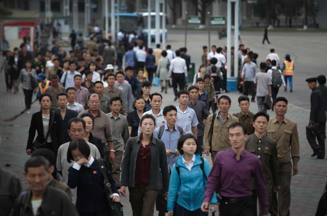 Invånare i Pyongyang i på väg till sina jobb i rusningstrafiken på en arkivbild 2016.