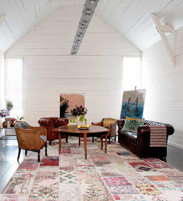 I det före detta konferensrummet i ladan står nu en samling vintagemöbler från Antikkompaniet i Larv, ett av parets många utflyktsmål när de letar möbler till sitt hem.