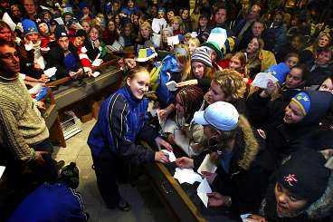 Tre Kronors succémålvakt, Kim Martín, fick skriva autografer åt de väntande fansen i Globen i går. Martín bidrog i högsta grad till att Sverige besegrade Finland med 3-1, inför rekordpubliken 3 471 personer.