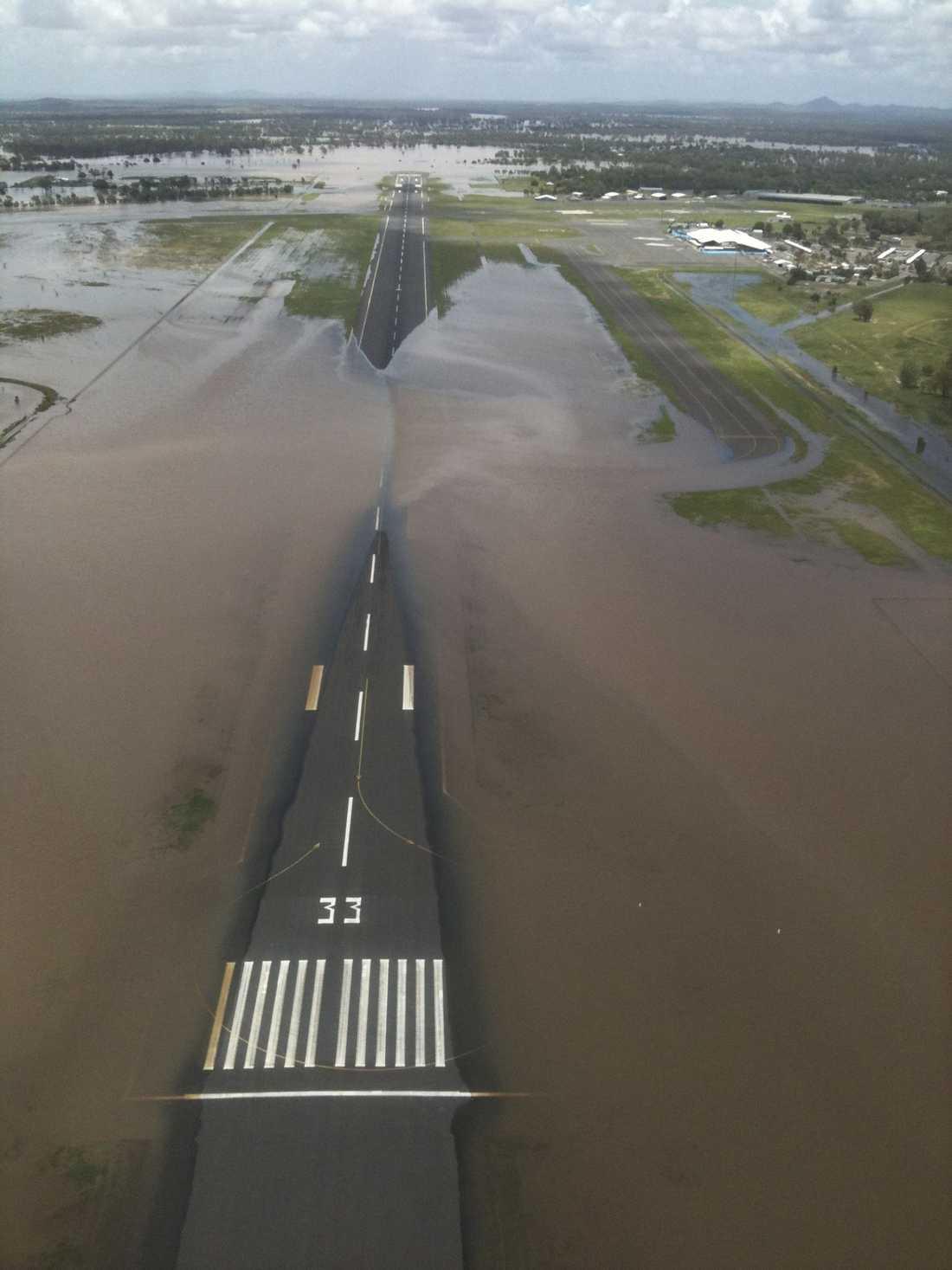 FLYGEN INSTÄLLDA Delar av start- och landningsbanan vid Rockhamptons flygplats ligger under vatten och omöjliggör någon som helst flygtrafik.