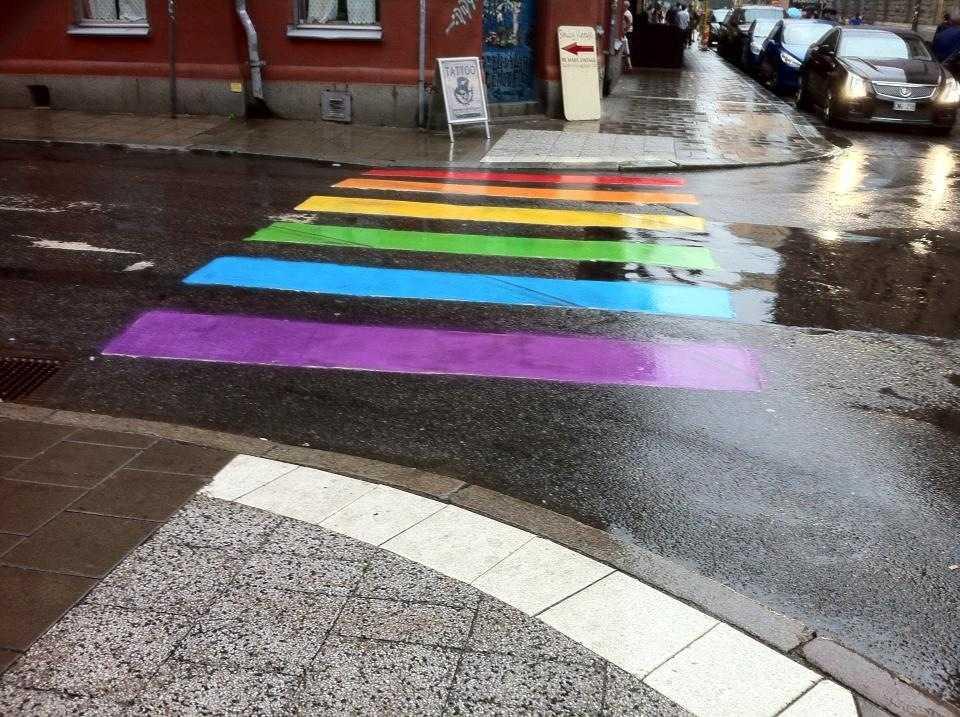 Södermalm i Stockholm redo för Pride. Här Kocksgatan