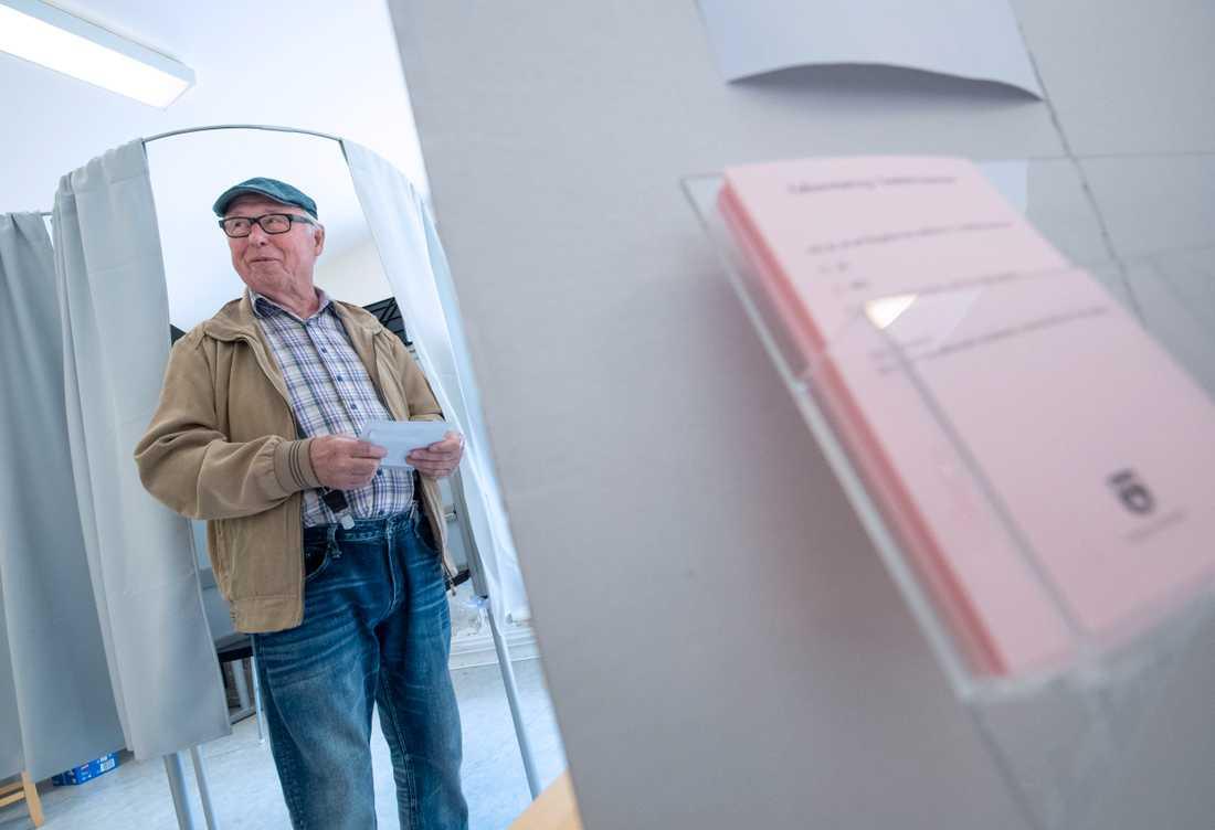 Olle Kronqvist har lagt sina valsedlar i kuverten i lokalen för förtidsröstning vid Stortorget i centrala i Svedala.
