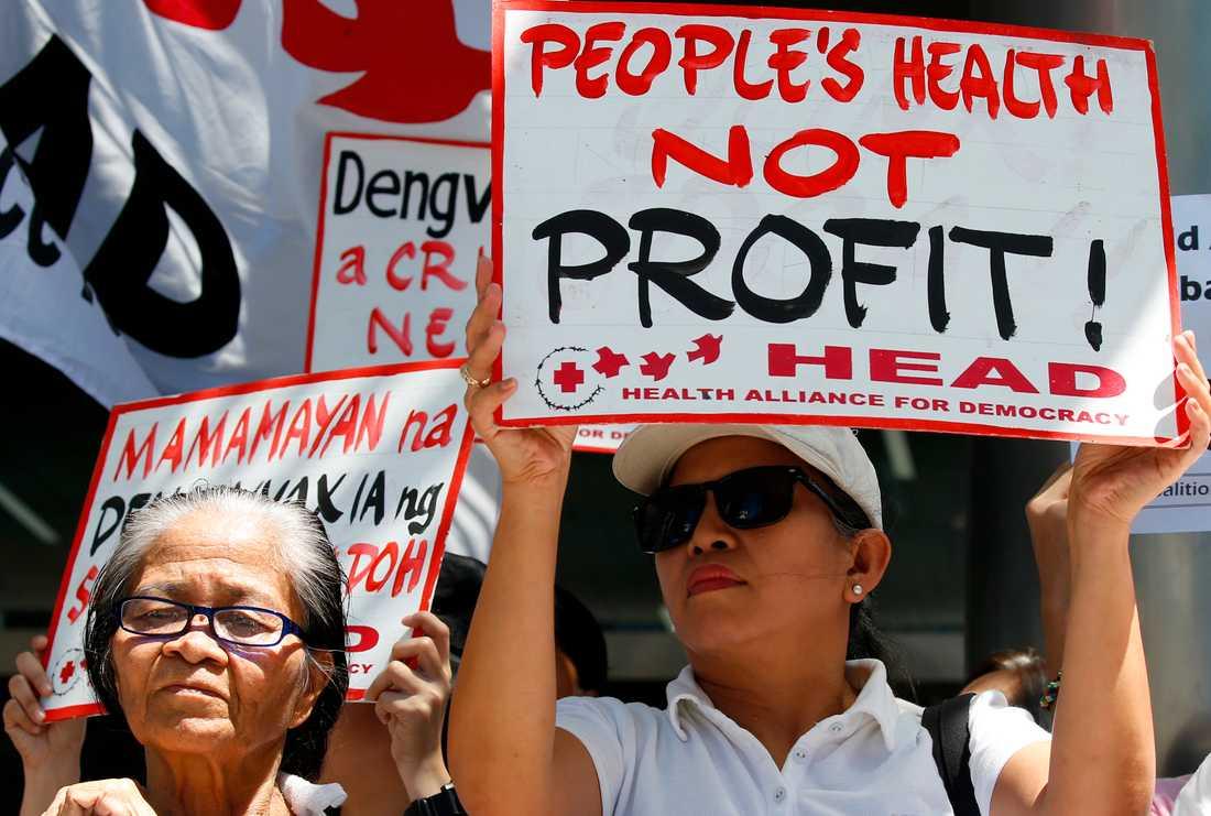 Protester i Filippinernas huvudstad Manila mot regeringens överenskommelse med läkemedelsföretaget Sanofi Pasteur, som tagit fram världens första denguevaccin. Vaccinet gavs till hundratusentals barn i Filippinerna innan man förstod att det kunde vara farligt för vissa barn. Bild från den 5 mars 2018.