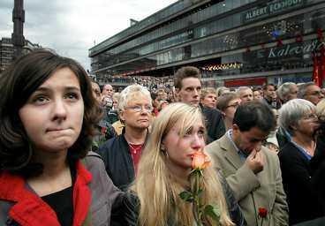 sorgen Dagen efter Anna Lindhs död samlades tiotusentals personer för att visa sin sorg. Bilden är från Stockholm.