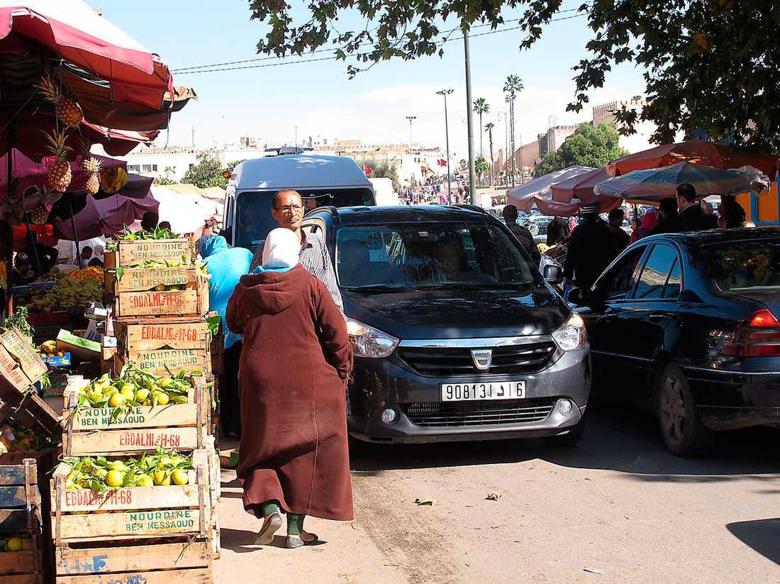 Trångt på marknaden i Meknes, men aldrig otrevligt, aldrig några ilskna tutningar eller fingrar i luften. Och inte en skråma på hyrbilen.