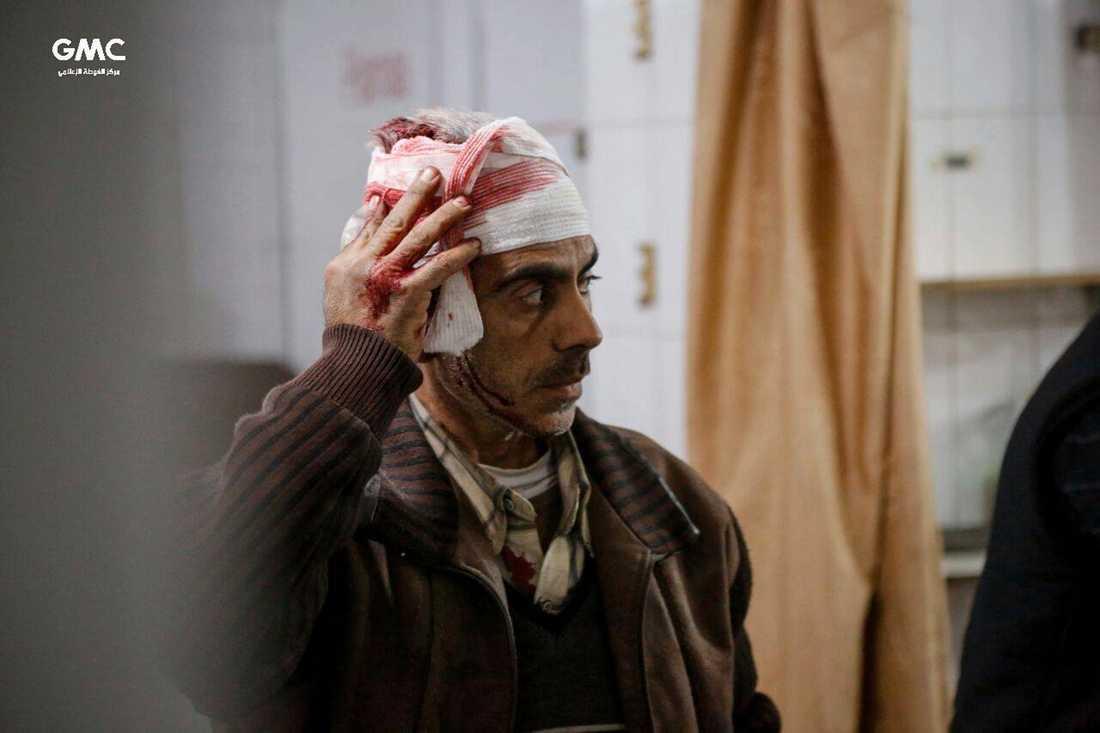 En man väntar på behandling på en provisorisk klinik i östra Ghouta i Syrien. Bilden kommer från det regimkritiska aktivistnätverket Ghouta Media Center och distribueras av nyhetsbyrån AP.