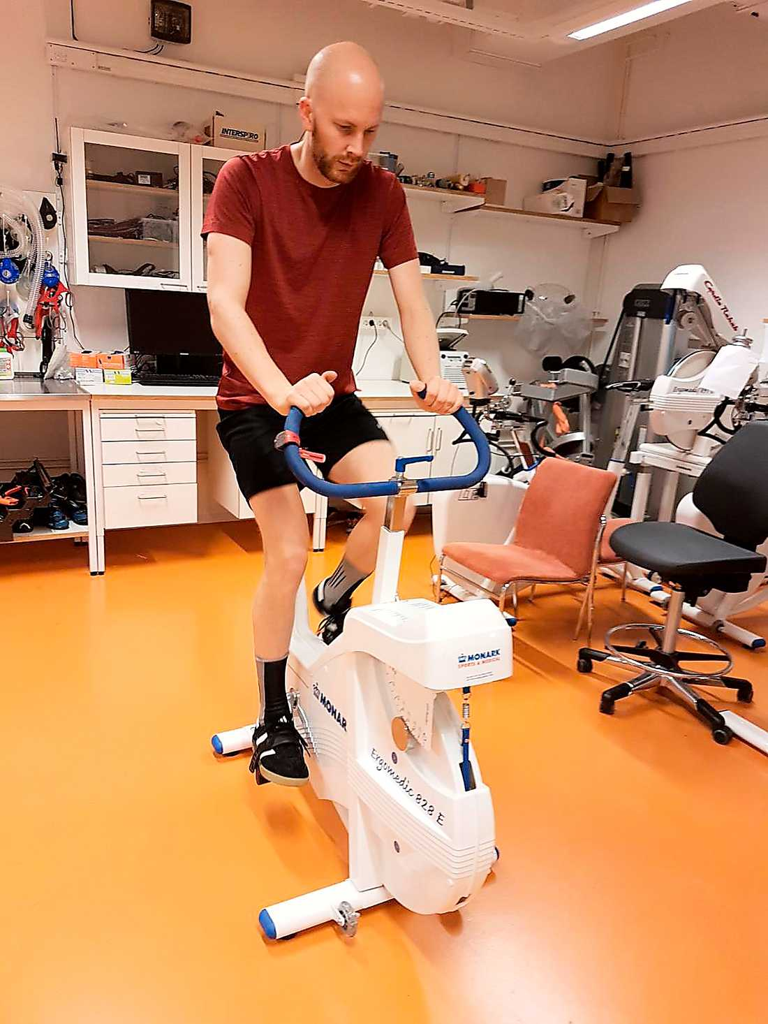 Kristoffer Bergström testar sin kondition under översyn av Elin Ekblom Bak, högskolelektor i idrottsvetenskap på GIH.