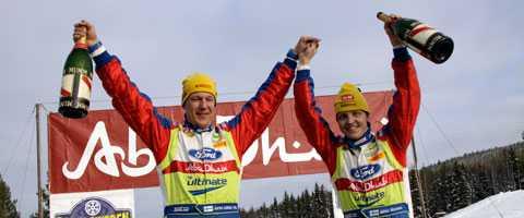 Mikko hirvonen (till höger) och kartläsaren Jarmo Lehtinen firar sin seger i Svenska rallyt.