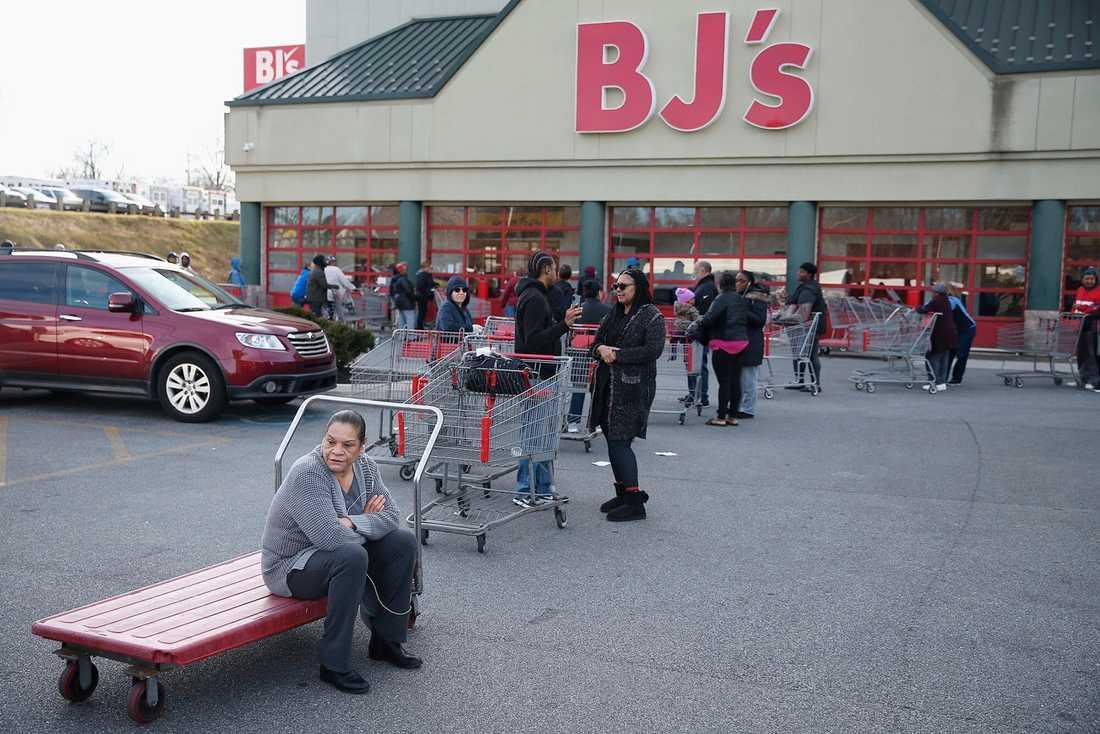 Folk köar utanför en butik strax innan den ska öppna i Springfield i Pennsylvania i helgen.