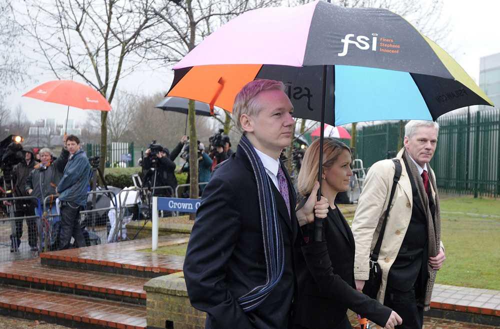 Utanför rätten Wikileaksgrundaren Julian Assange, advokaten Jennifer Robinson och Wikileaks talesman Kristinn Hrafnsson vid Belmarsh Magistrates Court i London.