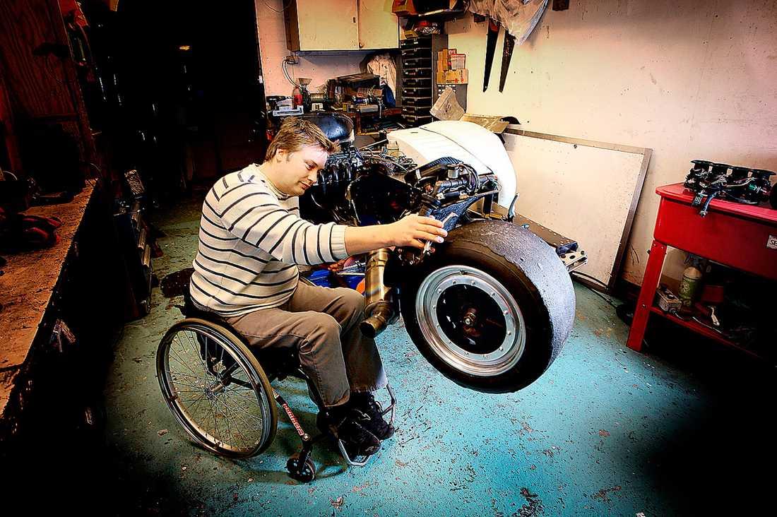 Alla med funktionshinder måste få arbeta efter sin förmåga och få lönesättning efter kompetens, menar debattörerna. Mannen på bilden har inget med artikeln att göra.