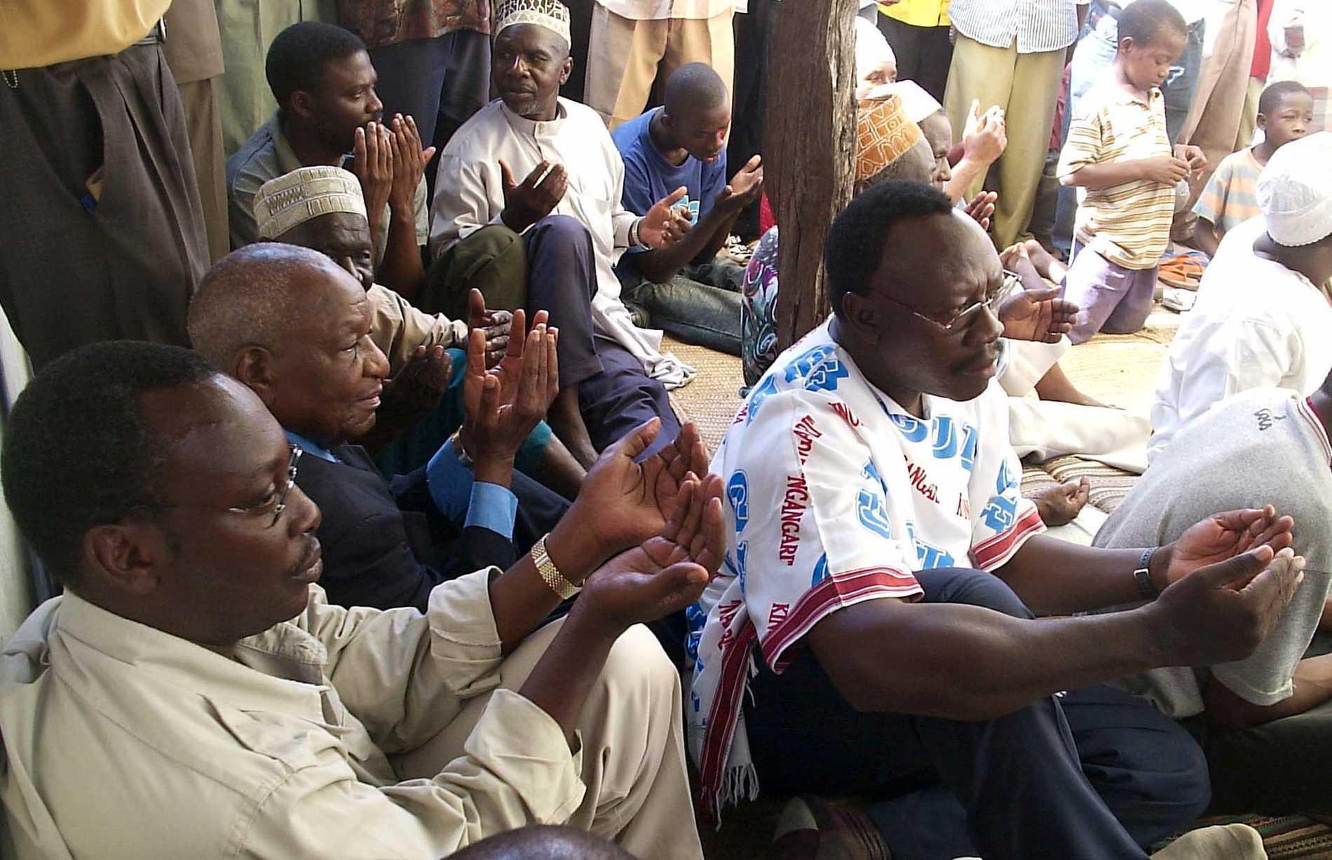 Chademas partiordförande Freeman Mbowe, till vänster, i en arkivbild från 2005.