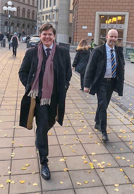 Talman Andreas Norlén på väg till jobbet på torsdagsmorgonen. Under förmiddagen ska talmannen hålla en ny talmansrunda med partiledarna.