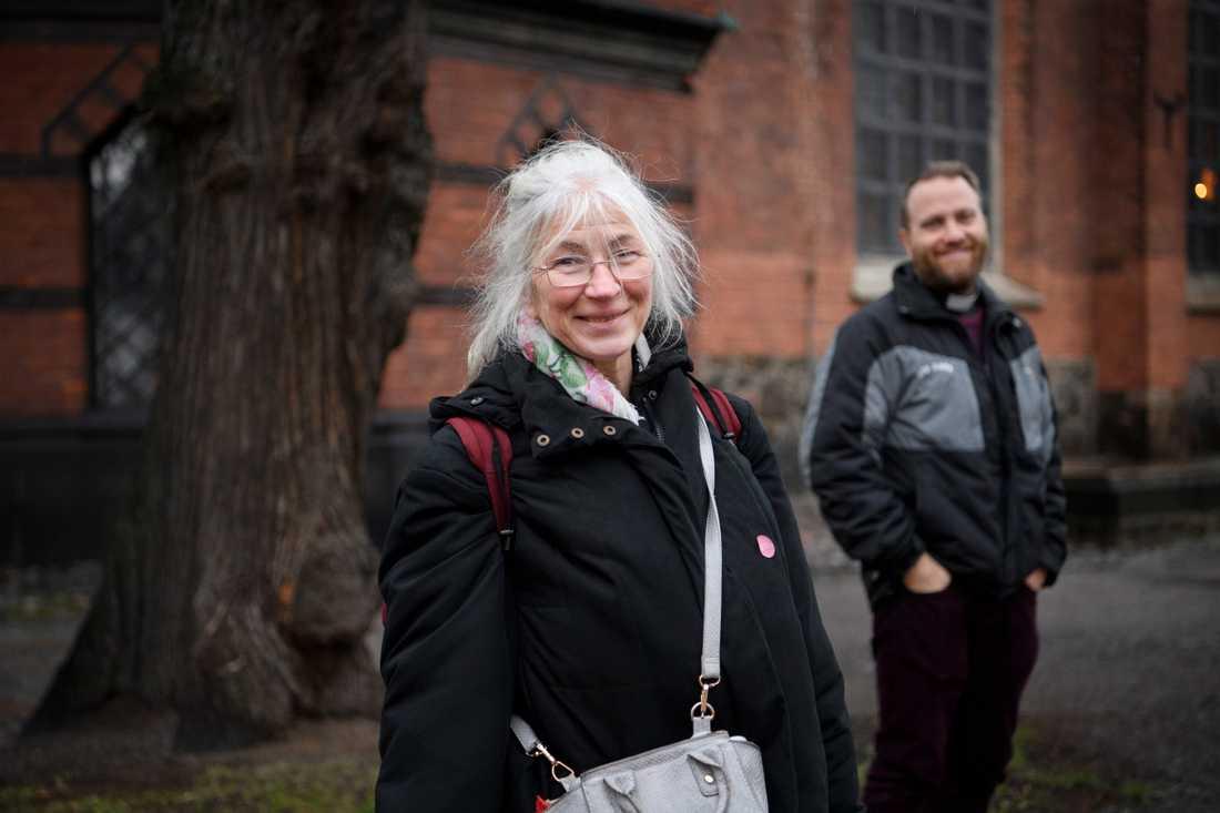 Mia Johansson är tacksam över att få matpaket av S:ta Clara kyrka, och direktorn Mats Nyholm är glad att kyrkan kan hjälpa henne och andra hemlösa.