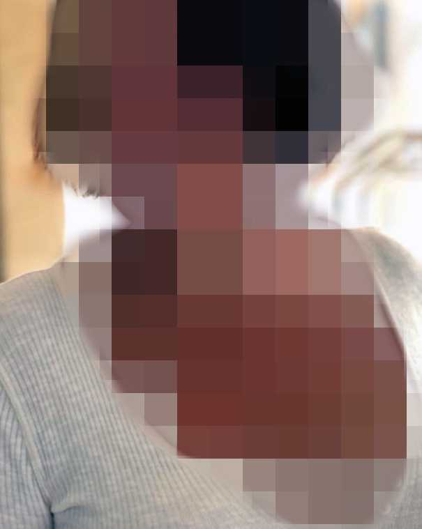 Läraren ska ha sexuellt ofredat sin 10-åriga elev genom kyssar och beröring, enligt åtalet. Dessutom ska hon ha skickat flera sexsms till honom.