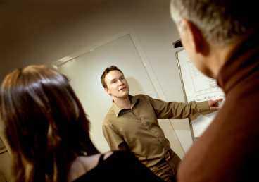 """I dag jobbar Björn Petersson med redovisning på företaget Ekonomiporten i Huddinge och behöver ofta tala inför grupp. """"Numera vågar jag ta mig den tid som behövs för att tänka efter. Tidigare hade jag bråttom att få ut det jag skulle säga, bara för att snabbt bli klar. Och då låste det sig"""", säger han."""