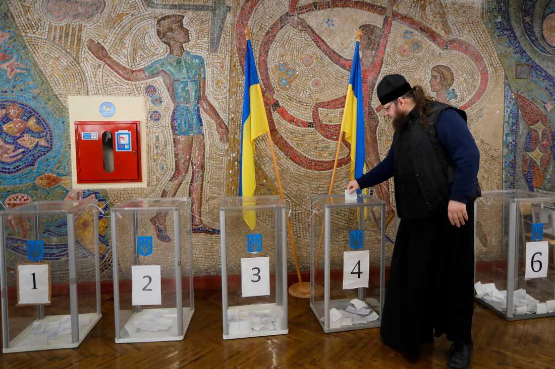 En ortodox präst lägger sin röst i söndagens presidentval i Kiev, Ukraina.