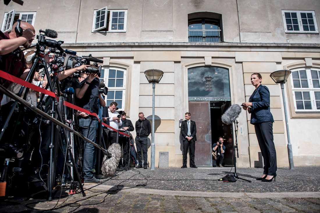Statsminister Mette Frederiksen håller presskonferens inför medierna.