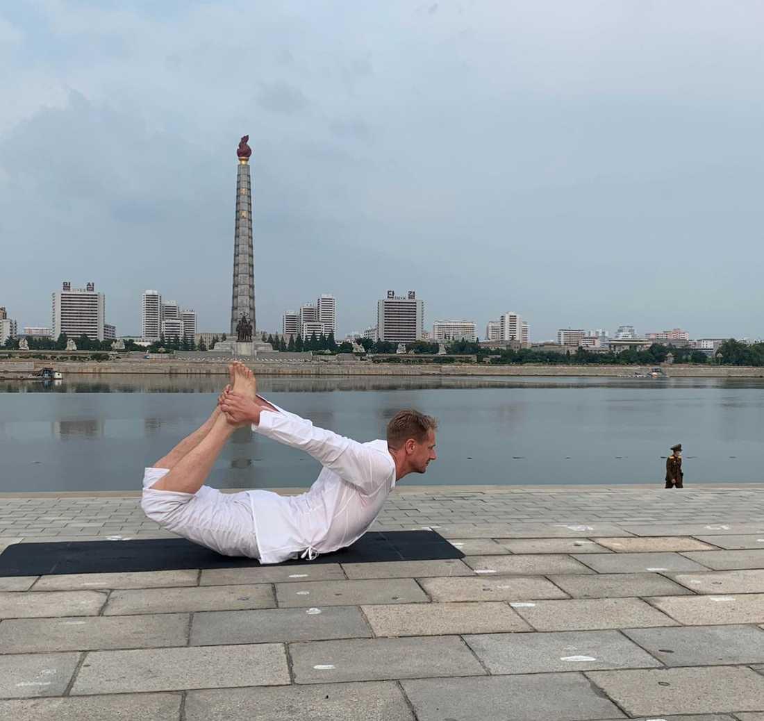 Svenska ambassadören Joachim Bergström gör yoga med Juchetornet i bakgrunden. Monumentet blev klart 1982 och byggdes för att hedra Kim Il Sungs 70-årsdag.