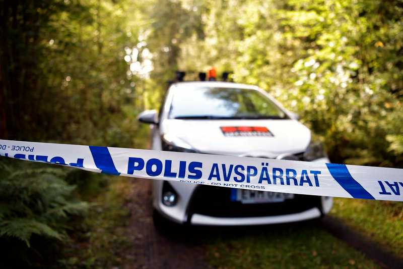 Den 3 augusti hittades en 68-årig man mördad i en sommarstuga utanför Arboga. I huset fanns också hans hustru svårt skadad.