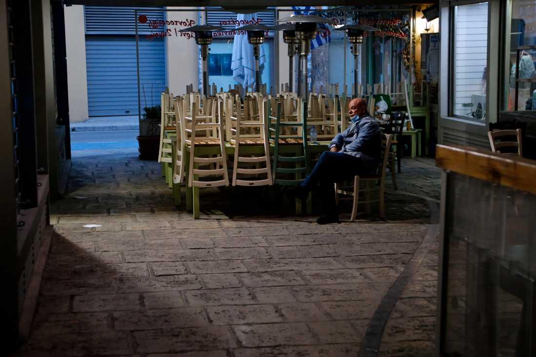 Man i Cypern på en nedstängd restaurang.