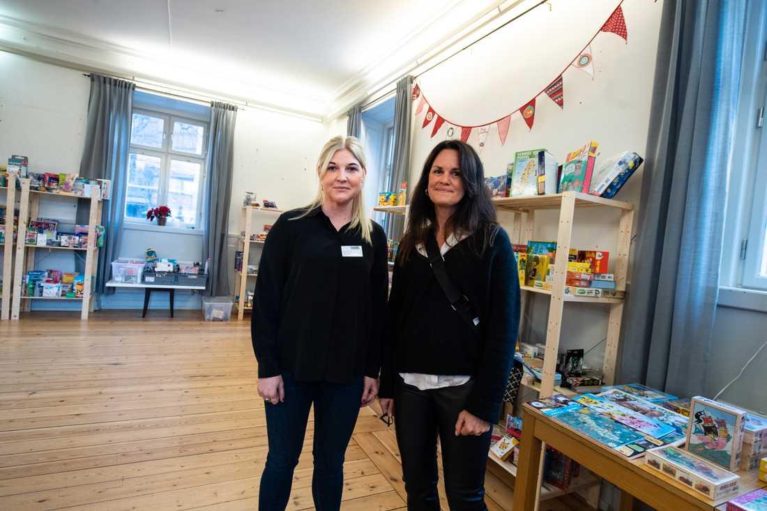 Emmelie Lund och Malin Oljelund jobbar på Unga Station på Södermalm och i Järva. De ser att familjer som i vanliga fall har det kämpigt, fått det ännu kämpigare under pandemin.