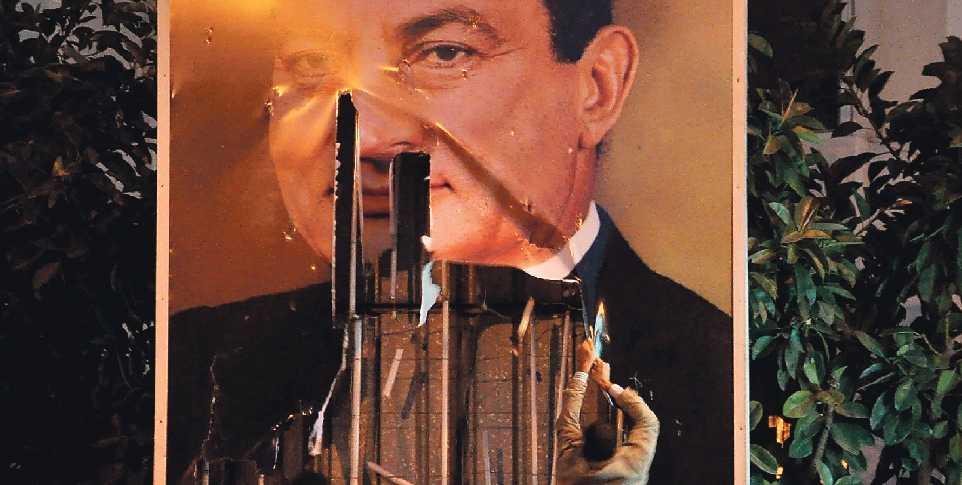 väst velar Demonstranter sliter ner en jätteaffisch med Egyptens president Hosni Mubarak. De kräver att han ska lämna makten. Men i väst kräver ännu ingen att Mubarak ska ge sig av.