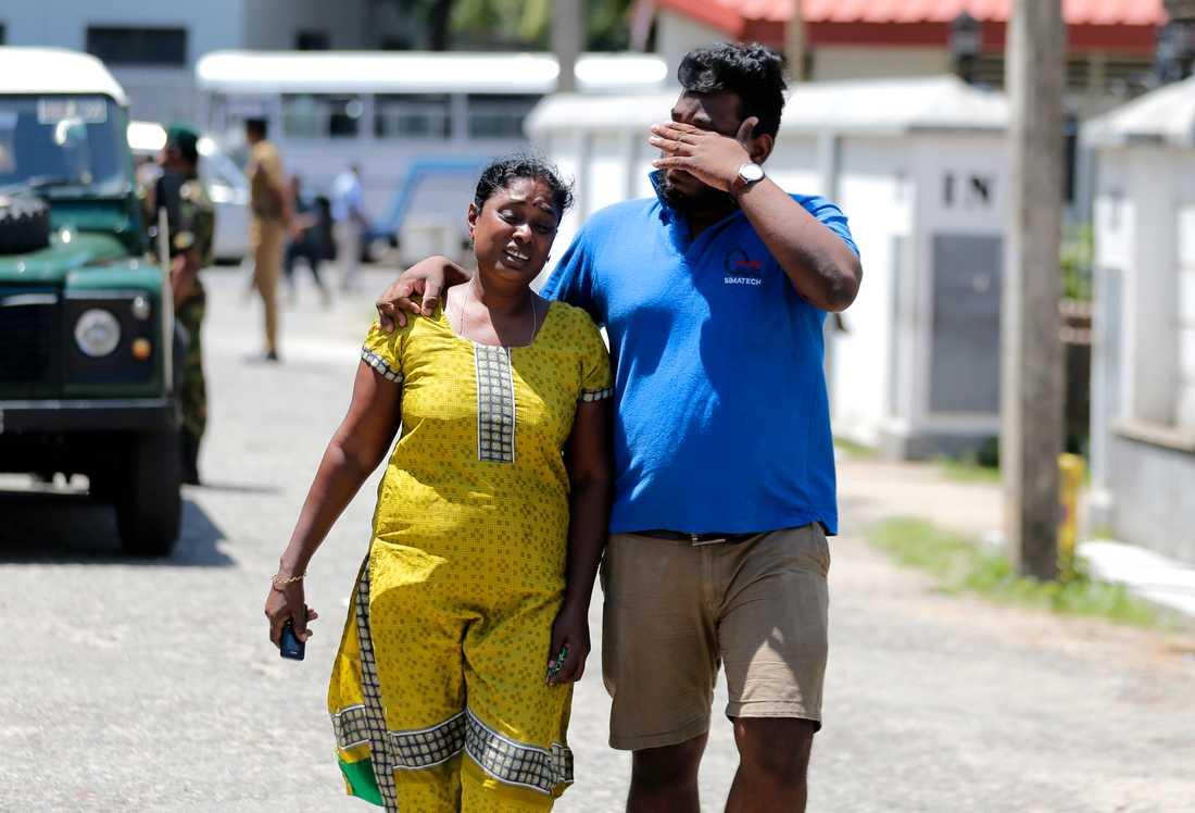 En man och en kvinna i tårar dagen efter terrordådet.