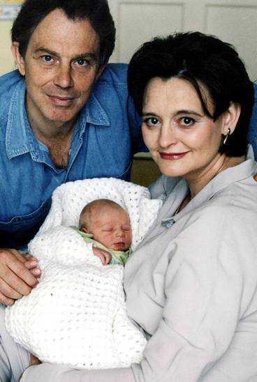 Tony och Cherie Blair med sonen Leo.