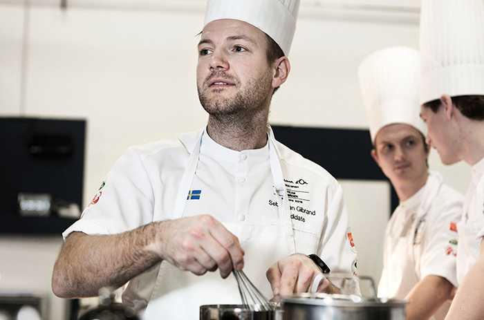 RÄTT SOM INTE FÅR BLI FEL Sebastian Gibrand och det svenska kocklaget tränar inför finalen i Bocuse d'Or om två veckor. En exakt kopia av tävlingsköket har byggts upp på Stockholmsmässan i Älvsjö.