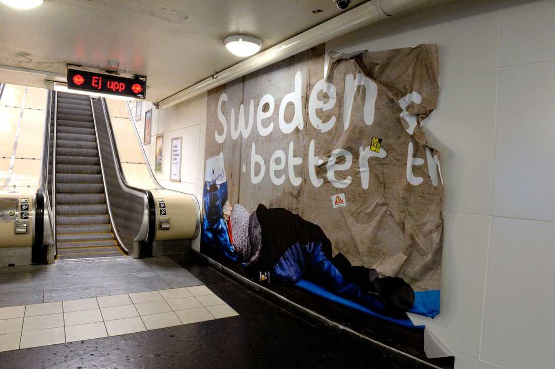"""Annonskampanjen på Östermalmstorgs tunnelbanestation bad om ursäkt för uteliggare och kallade dem """"a mess""""."""