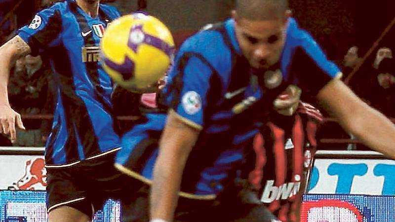 Adriano får bollen förbi Cristian Abbiati i Milan-målet, men fullträffen följdes av protester – bollen gick i mål via Adrianos arm.