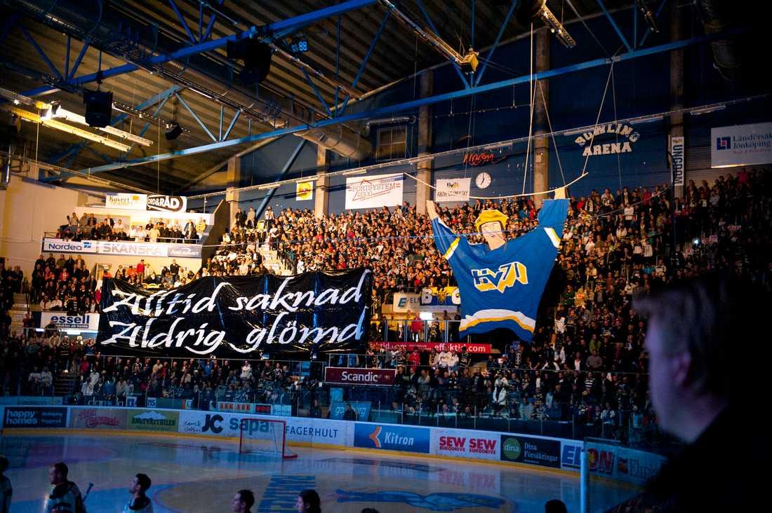 HV71-fans hyllar Stefan Liv i elitseriepremiären.