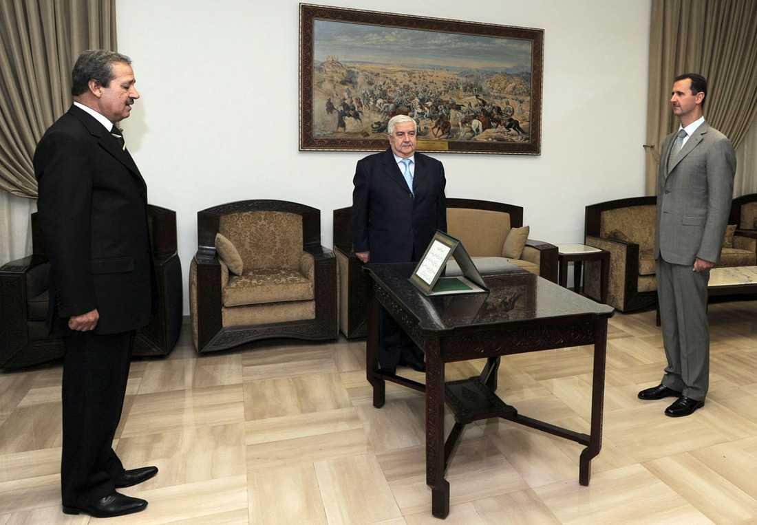 Nawah al-Fares (t v) svärs 2008 in som ambassadör i Irak av Syriens president Bashar al-Assad (t h).