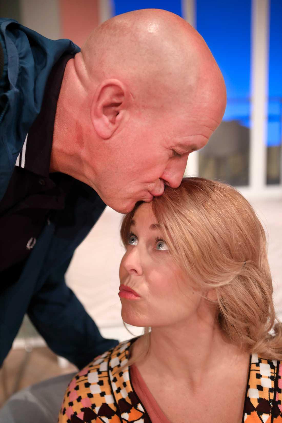 Thomas Petersson ger hustrun Annika Andersson en trygg puss på pannan.