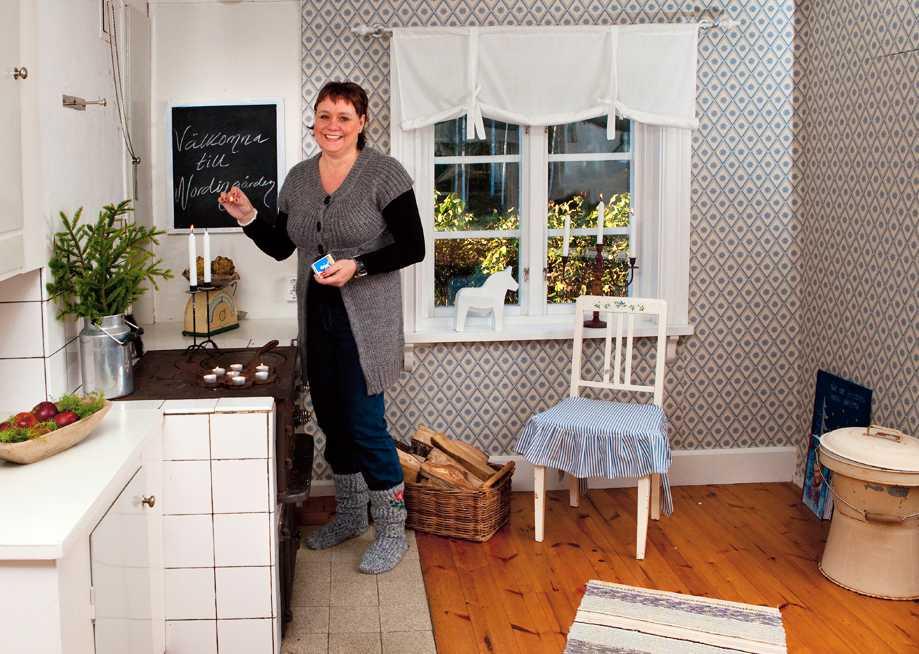 KÖKET I LILLSTUGAN. Lillstugan består av ett rum och kök och här finns inget vatten. Tapeterna är nytryck av ett gammalt mönster.