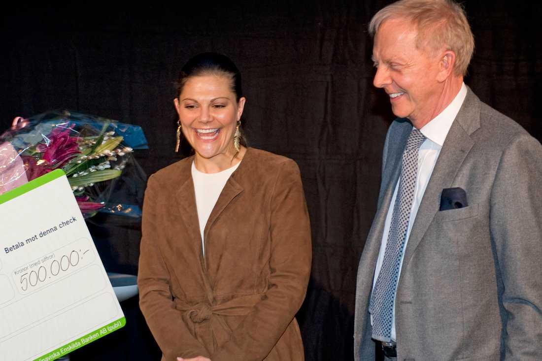 Kronprinsessan Victoria delar ut Bertil Hults pris 2011. Till höger Hult själv. Arkivbild.