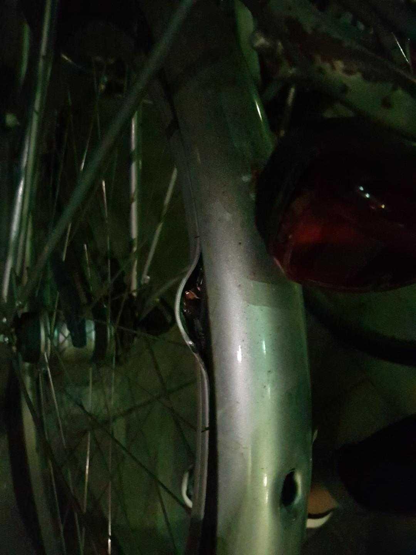 En kula har gått igenom stänkramen och sedan fastnat i själva däcket. Cykeln står på gården där Eric, 20, sköts till döds.
