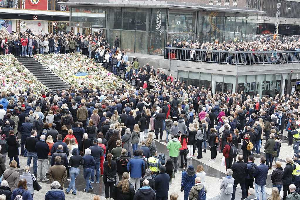 Människor på Sergels torg under den tysta minuten i Stockholm.