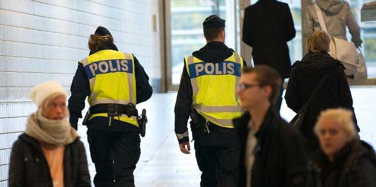 Falskt alarm  Polisen patrullerar efter tipset om ett bombhot mot Nordstan i Göteborg. Ett tips som visade sig vara felaktigt – och ledde till ett fruktansvärt rättsövergrepp på oskyldiga människor.