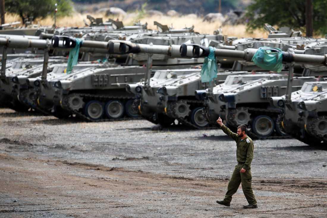 Israeliska soldater syns vid Golanhöjderna vid  gränsen mellan Israel och Syrien.
