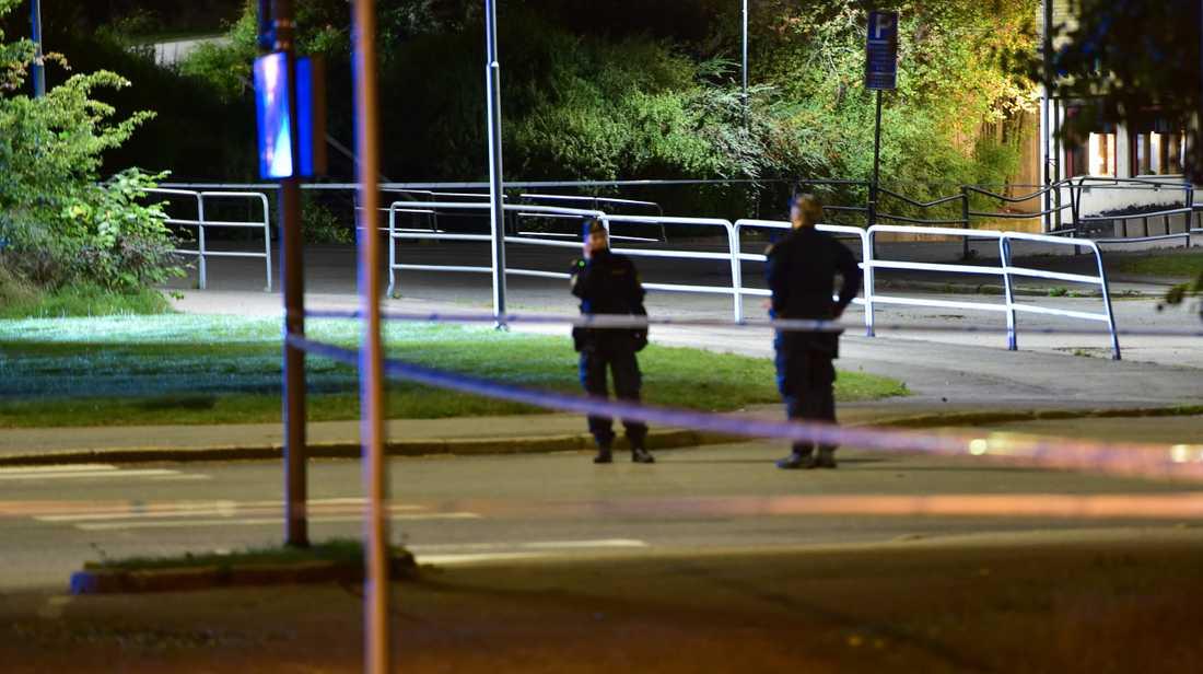 Cirka fyra timmar senare sköts en 21-årig man till döds vid en skola i Brandkärr, Nyköping.