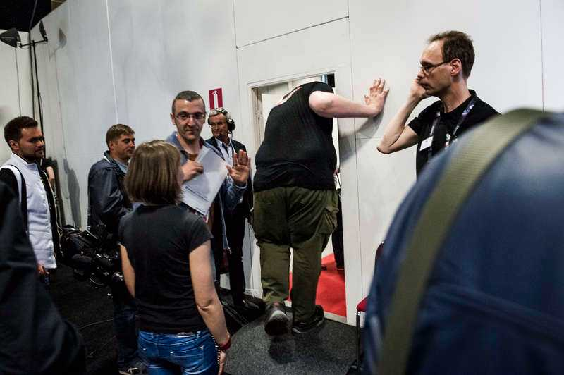 Dörrar, som här under Eurovision, är alltid för låga för Igor.